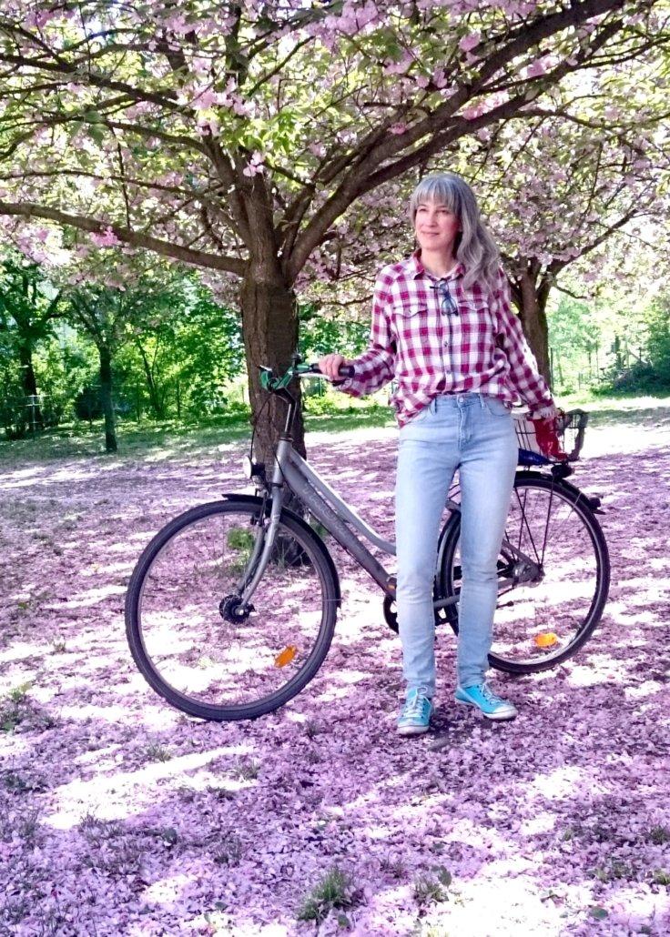 Carolina con bici y un suelo de pétalos rosas